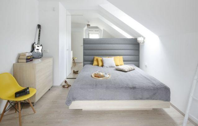 Um quarto pequeno e moderno para uma mulher que gosta de música