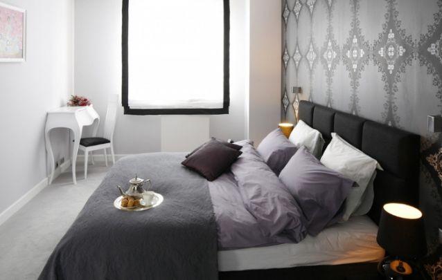Pequeno quarto feminino com predomínio do cinza