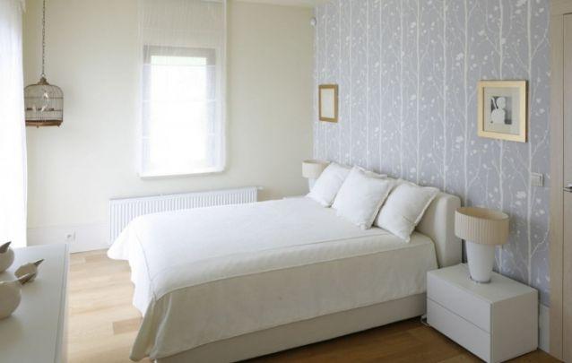 Papel de parede delicado e feminino para este pequeno quarto
