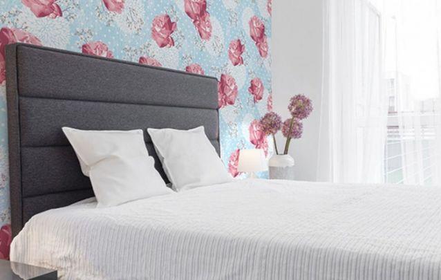 Papel de parede floral para trazer feminilidade para o cômodo