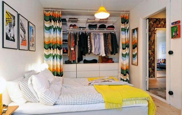 Guarda-roupa sem portas para um pequeno quarto feminino despojado