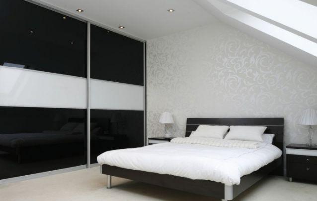 Papel de parede neutro, porém, sofisticado para compor este quarto feminino pequeno