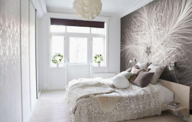 A estampa na parede atrás da cama deixa este ambiente singular