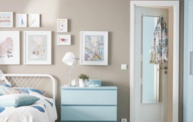 Azul claro foi a escolha para os móveis deste pequeno quarto feminino