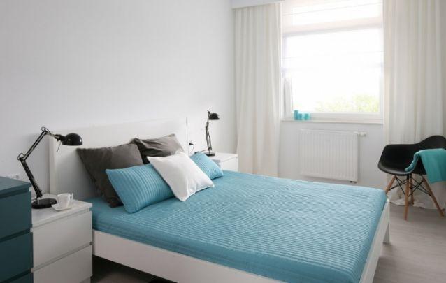 Azul, cinza e branco, uma cartela de cores leves e tranquilizantes para compor o seu quarto