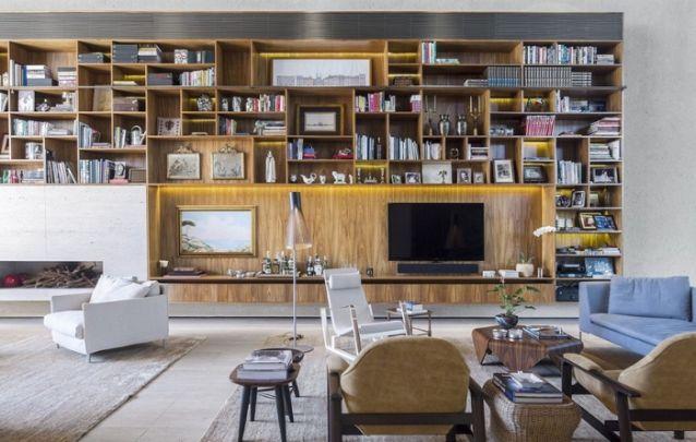 Aqui, o painel não é exclusivo para a tv, apesar do eletrônico ocupar uma posição de destaque, o móvel ainda serve para acomodar livros, objetos decorativos, e até mesmo para acomodar um pequeno bar.