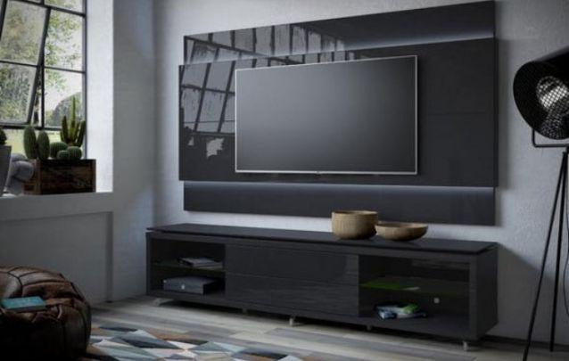 Você pode ainda apostar em um painel minimalista com faixas de LED para acomodar a sua tv, e na parte de baixo, buscar um apoio que combine com o painel superior para acomodar os demais eletrônicos e objetos decorativos.