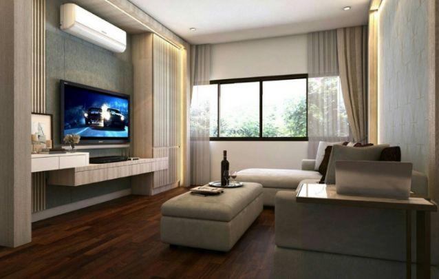 Aqui o painel de tv parece ser emoldurado por um conjunto de móveis planejados, um armário a direita, aparadores na parte inferior, e acabamentos em madeira na lateral esquerda e próximo ao teto.