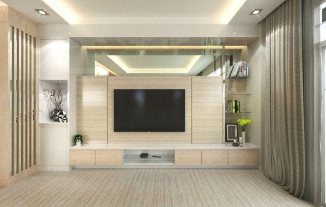 O painel de tv em madeira clara, é uma ótima escolha para compor um ambiente clean, e o espelho na parte superior e as prateleiras de vidro na lateral, auxiliam na hora de criar um design neutro.