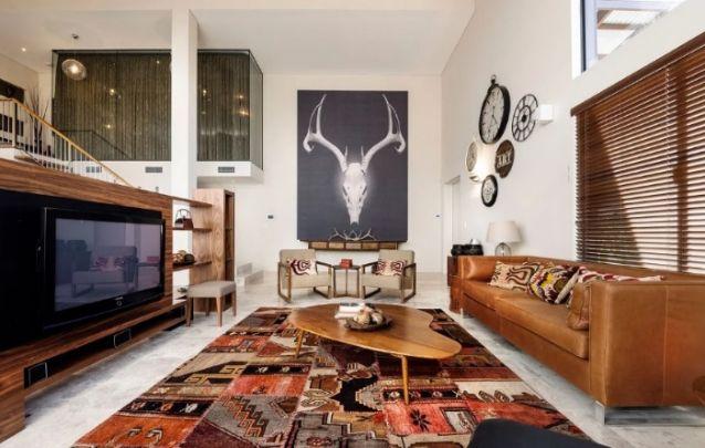 Se você possui ambientes integrados em sua residência, mas gostaria de criar uma leve separação entre os cômodos, pode apostar em painéis de tv, assim como feito nesta sala inspiradora com toques rústicos.