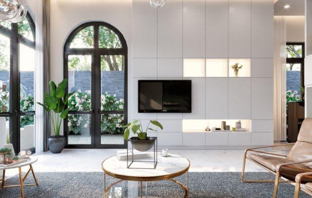 Os modelos de painel branco criam uma continuidade visual excelente no design predominantemente claro, e a TV preta é equilibrada com os caixilhos escuros das portas e janelas.