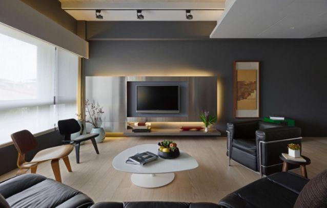 Neste caso, diferentemente da maioria, onde somente a tv é iluminada, o painel inteiro é contornado por uma faixa de LED, criando uma iluminação aconchegante para a sala de estar.