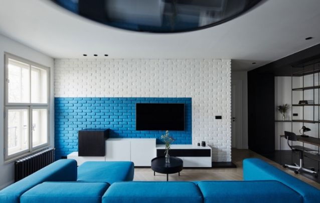 Aqui a televisão foi fixa diretamente na parede de tijolos aparentes, mas para não deixar o décor sem graça, uma seção dos tijolos foi pintada, de modo a criar uma ilusão de um painel.