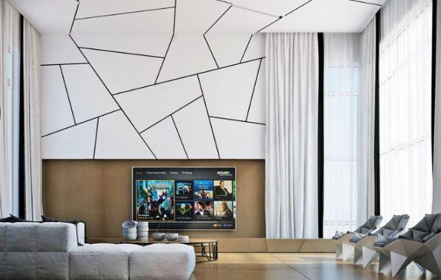 O modelo de painel é bem simples, mas ganha um belo realce devido ao mosaico branco acima da tv, o qual se estende até o teto, deixando o ambiente todo com toque de antiguidade.