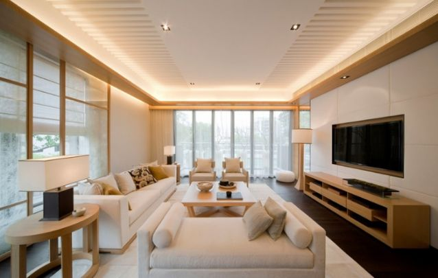 A sala de estar segue um padrão clean, tanto nas cores e quanto na mobília, e o painel não poderia ser diferente, segue linhas retas, um design minimalista e contemporâneo.