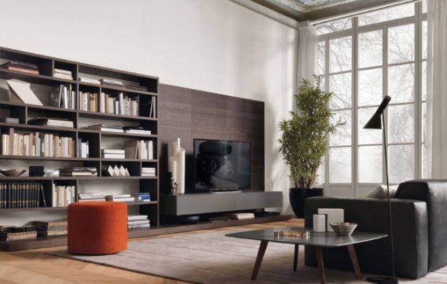 Este painel para tv é uma extensão da estante, que acomoda as coleções de livros e objetos decorativos do dono. Mantendo sempre aquela organização adequada na sala de estar.