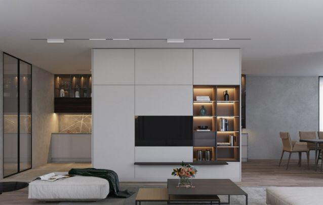 Aqui, a estante serve como uma parede de separação entre os ambientes, e além dos nichos e prateleiras, conta com um espaço para embutir a televisão. Ocupando todo o espaço disponível na parede.