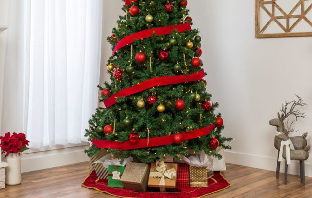 Dourado, vermelho, verde e um tom leve de decoração